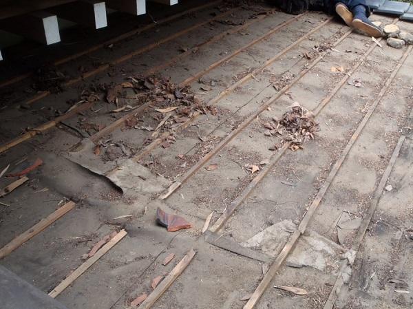 東京都世田谷区 屋根葺き替え 玄関庇一部の垂木、野地板、ルーフィング交換 (1)