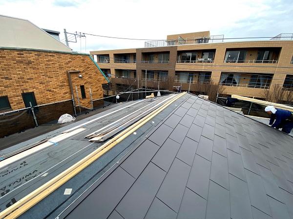 東京都杉並区 屋根カバー工法(重ね葺き工法) ガルバリウム鋼板横葺き (3)