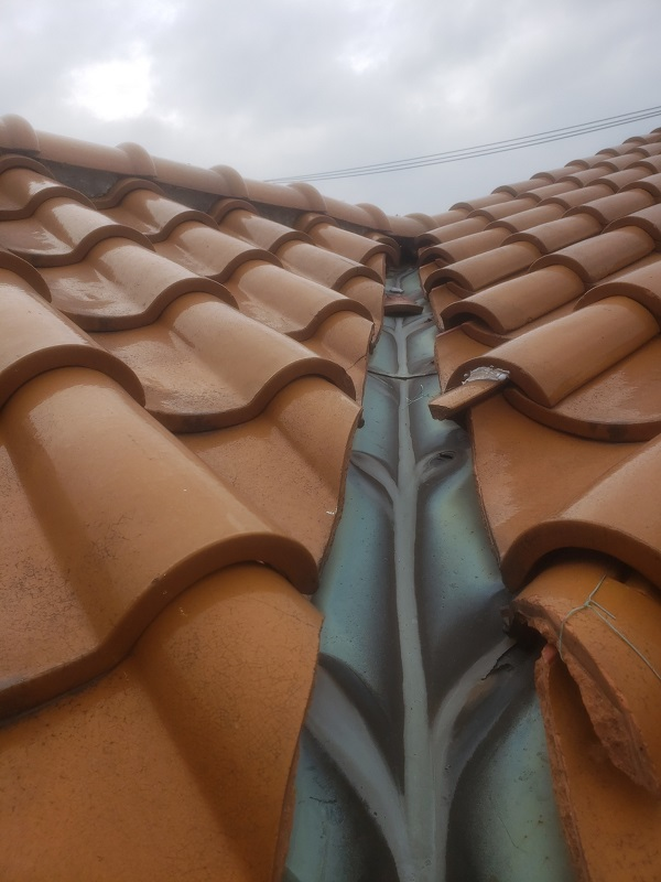 東京都世田谷区 瓦屋根工事 瓦屋根 雨漏り 谷破れ(銅板) (3)