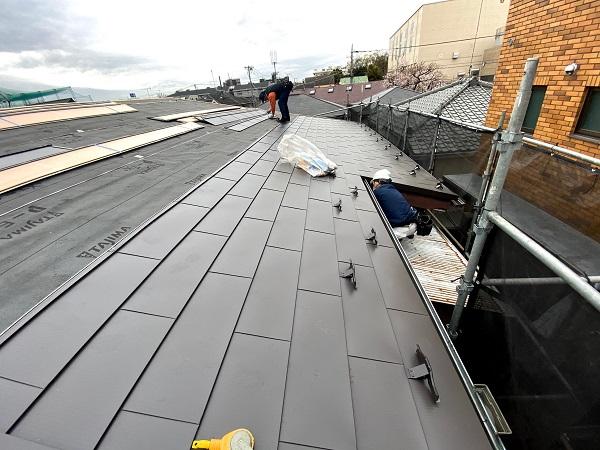 東京都杉並区 屋根カバー工法(重ね葺き工法) ガルバリウム鋼板横葺き (1)