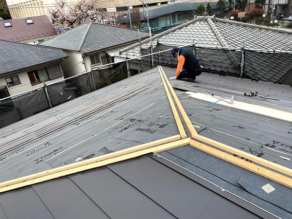 東京都杉並区 屋根カバー工法(重ね葺き工法) ガルバリウム鋼板横葺き (8)