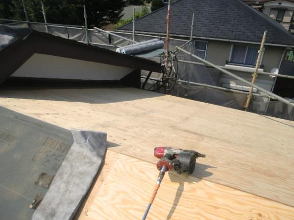 東京都杉並区 野地板と雨押え・ルーフィングの張り付けの工事 (2)