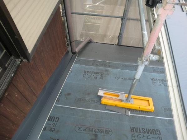 東京都杉並区 野地板と雨押え・ルーフィングの張り付けの工事 (4)