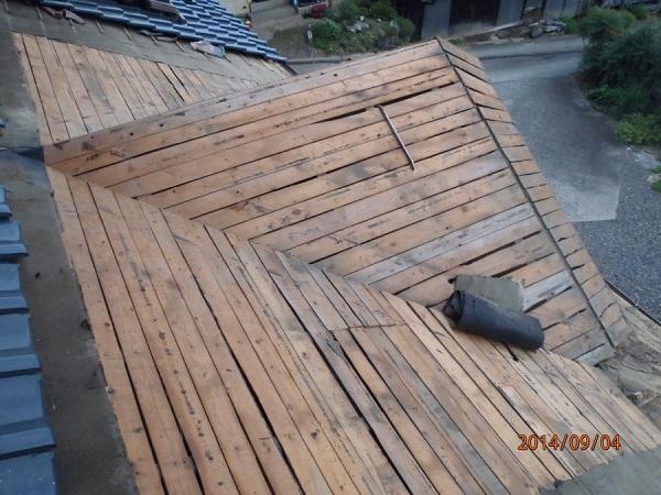 東京都世田谷区 和形瓦の入母屋造りの玄関上の雨漏り修理 (3)