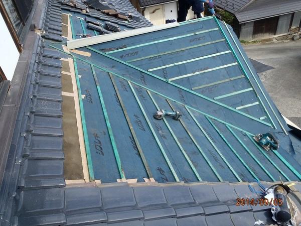 東京都世田谷区 和形瓦の入母屋造りの玄関上の雨漏り修理 (5)