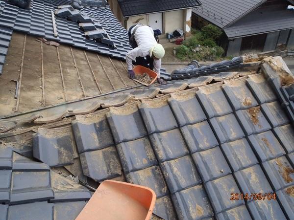 東京都世田谷区 和形瓦の入母屋造りの玄関上の雨漏り修理 (2)