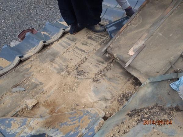 東京都世田谷区 和形瓦の入母屋造りの玄関上の雨漏り修理 (4)