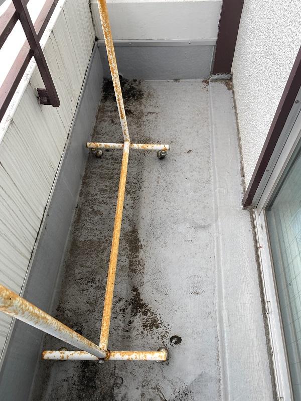 東京都杉並区 防水工事 ベランダ 軒天塗装 現場調査 床面の状態 (2)