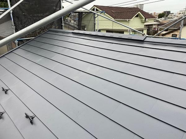 東京都杉並区 屋根カバー工法(重ね葺き工事)・コーキング工事 雪止めの設置 完工 (2)