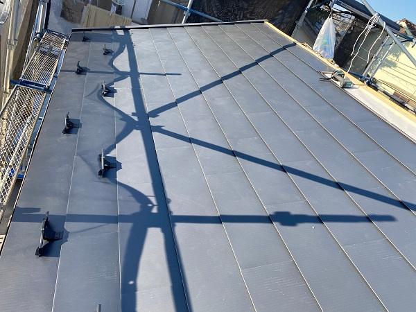 東京都杉並区 屋根カバー工法(重ね葺き工事)・コーキング工事 雪止めの設置 完工 (4)