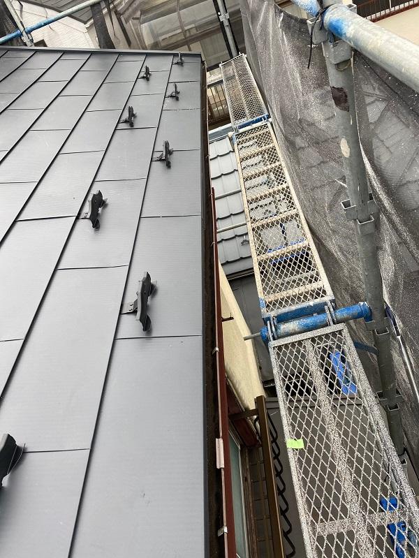 東京都杉並区 屋根カバー工法(重ね葺き工事)・コーキング工事 雪止めの設置 完工 (1)