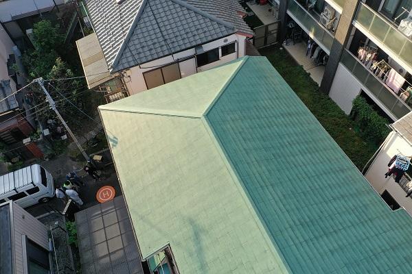 東京都杉並区 屋根塗装 事前調査 ドローン 棟板金の釘の浮き 屋根材の汚れ、カビ1