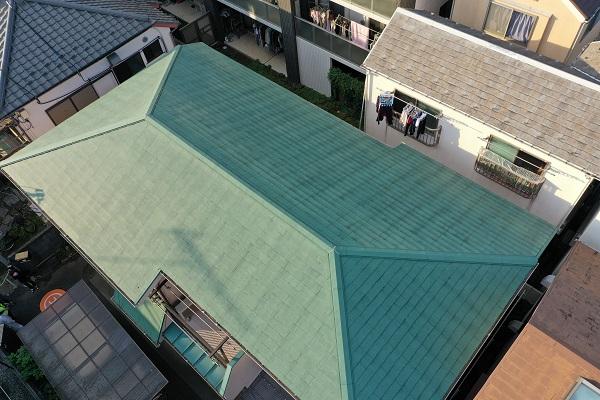 東京都杉並区 屋根塗装 事前調査 ドローン 棟板金の釘の浮き 屋根材の汚れ、カビ3