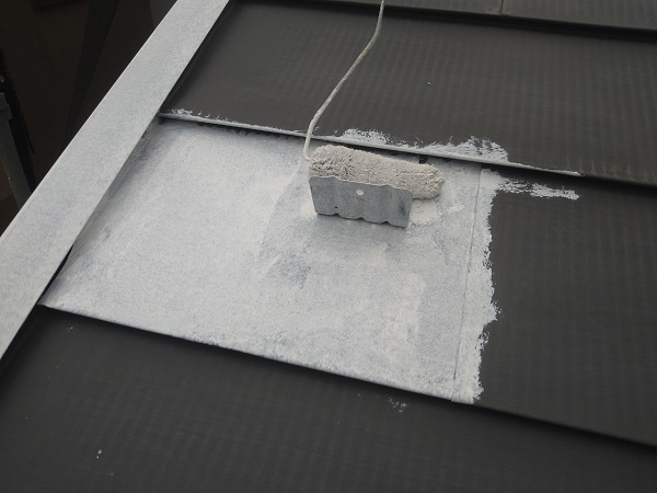 東京都中野区 T様邸 屋根塗装 破風板板金巻き 雪止めとは 下塗り (5)