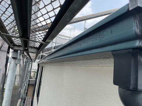 東京都世田谷区 B様邸 屋根塗装・外壁塗装・付帯部塗装・防水工事 雨樋の塗装 目荒らし (1)