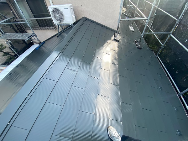 東京都世田谷区 K様邸 屋根塗装・付帯部塗装・劣化補修 屋根中塗り、上塗り 日本ペイント デュフロン4Fルーフ (2)
