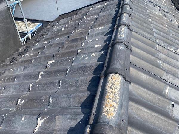 東京都足立区 M様邸 屋根葺き替え工事 施工前の状態 瓦表面の剥がれ、割れ 棟瓦の飛散 (8)