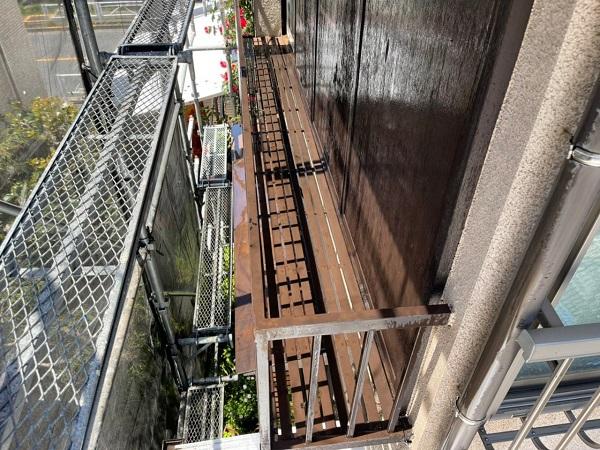 東京都世田谷区 K様邸 屋根塗装・付帯部塗装・劣化補修 金属製のベランダ、換気フードの塗装1