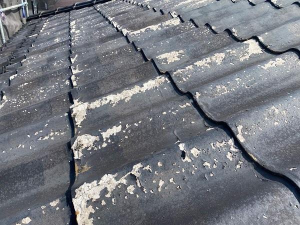 東京都足立区 M様邸 屋根葺き替え工事 施工前の状態 瓦表面の剥がれ、割れ 棟瓦の飛散 (1)