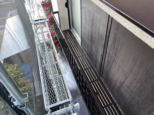 東京都世田谷区 K様邸 屋根塗装・付帯部塗装・劣化補修 金属製のベランダ、換気フードの塗装 (5)
