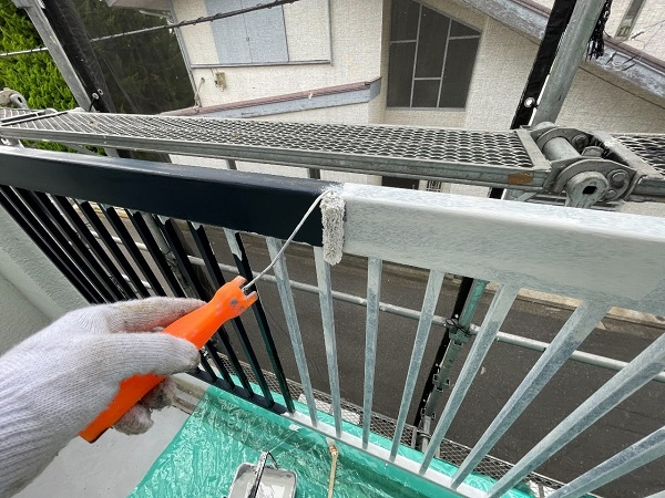 東京都世田谷区 T2様邸 屋根塗装・外壁塗装・防水工事 鉄部の柱塗装、ベランダ手摺り塗装 (16)