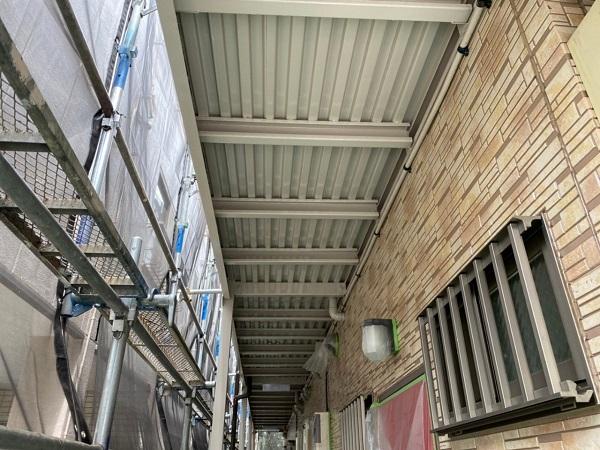 東京都大田区 アパート 屋根塗装・外壁塗装・付帯部塗装 外階段表の塗装 ハイポンファインプライマーII ファインウレタンU100 (2)